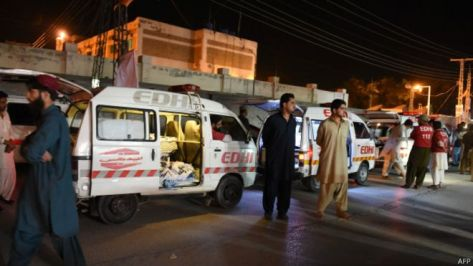 150530020954_residents_gather_around_an_ambulance_carrying_dead_bodies_of_killed_bus_passengers_outside_the_hospital_in_quetta_624x351_afp